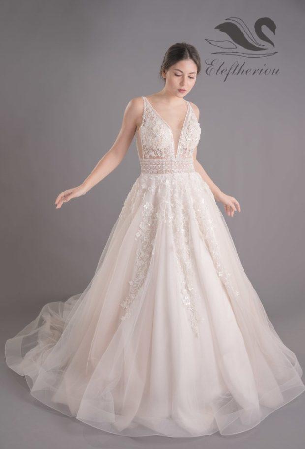 Ρομαντικό νυφικό με γαλλική δαντέλα σε ιβουάρ χρώμα και με πλούσια τούλινη φούστα με μοτίφ
